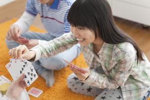 トランプをして遊ぶ男女中高生の写真素材 [FYI01286511]
