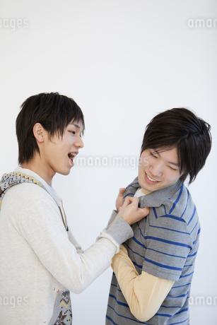 喧嘩をする男性2人の写真素材 [FYI01286520]