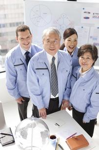 笑顔のビジネスマンとビジネスウーマンの写真素材 [FYI01286548]