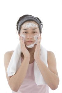 洗顔している男性の写真素材 [FYI01286597]