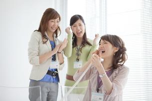 笑顔のビジネスウーマン3人の写真素材 [FYI01286606]