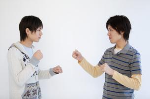 ファイティングポーズをする男性2人の写真素材 [FYI01286641]
