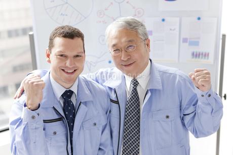 笑顔のビジネスマン2人の写真素材 [FYI01286708]