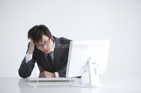 頭を抱えるビジネスマンの写真素材 [FYI01286731]