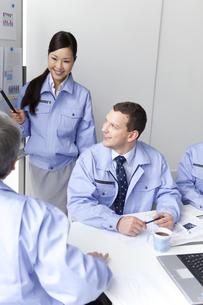 会議をするビジネスマンとビジネスウーマンの写真素材 [FYI01286747]