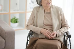 車いすに座っているシニア女性の写真素材 [FYI01286758]
