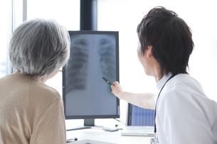 男性医師から説明を受けるシニア女性の写真素材 [FYI01286780]