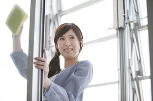 窓を拭く女性の写真素材 [FYI01286821]