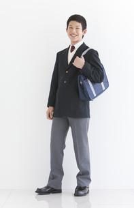 かばんを持っている男子中高生の写真素材 [FYI01286829]