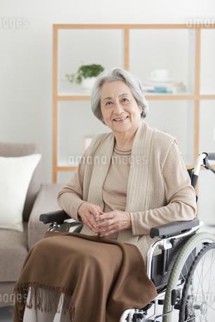 車いすに座っているシニア女性の写真素材 [FYI01286835]