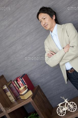 腕組みしている中高年男性の写真素材 [FYI01286860]