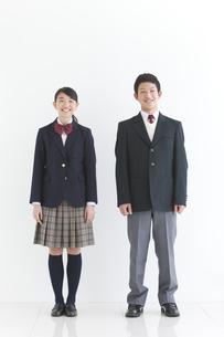 笑顔の男女中高生2人の全身の写真素材 [FYI01286869]