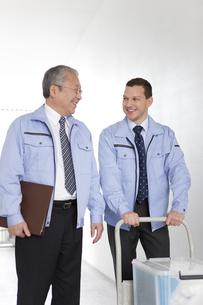 廊下を歩くビジネスマン2人の写真素材 [FYI01286871]