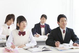 勉強する男女中高生4人の写真素材 [FYI01286909]
