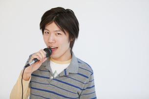 歌を歌う男性の写真素材 [FYI01286912]