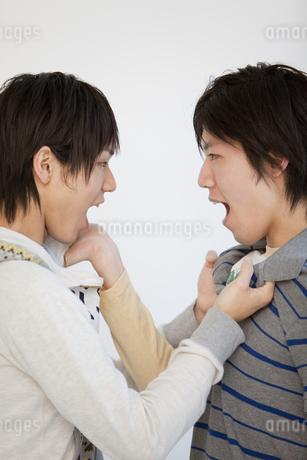 喧嘩をする男性2人の写真素材 [FYI01286914]