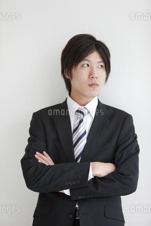 腕組みをするビジネスマンの写真素材 [FYI01286915]