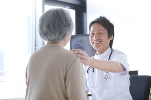 シニア女性を診察する男性医師の写真素材 [FYI01286927]