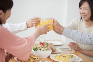 乾杯をする中高年4人の写真素材 [FYI01286940]