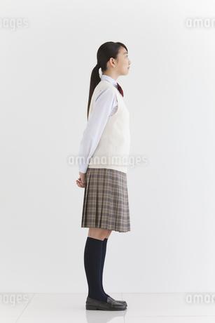 遠くを見ている女子中高生の写真素材 [FYI01286952]