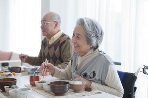 朝食を食べる笑顔の家族の写真素材 [FYI01286961]