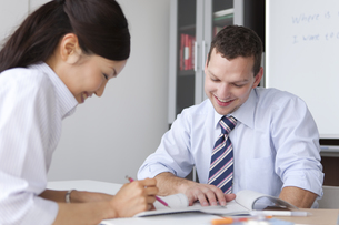 英会話を学ぶ女性と先生の写真素材 [FYI01286967]