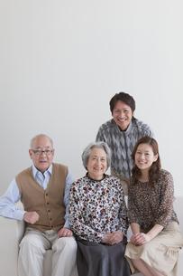 ソファーに座る笑顔の家族の写真素材 [FYI01286984]