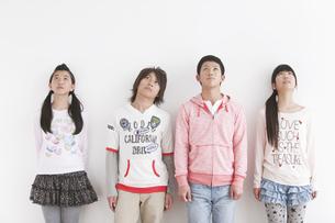 見上げている中高生4人の写真素材 [FYI01286998]
