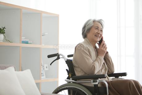 携帯電話で話すシニア女性の写真素材 [FYI01287007]