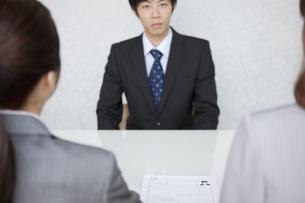 面接をするビジネスマンの写真素材 [FYI01287026]