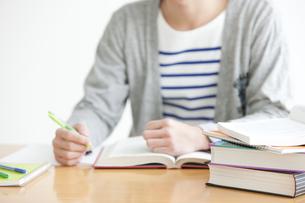 勉強をする男子学生の写真素材 [FYI01287047]