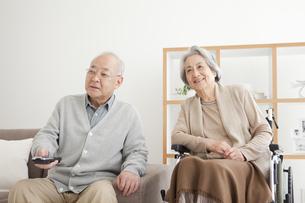 テレビを見る老夫婦の写真素材 [FYI01287079]
