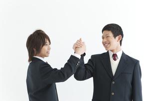 握手する男子中高生2人の写真素材 [FYI01287121]