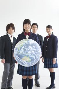地球のボールを持っている男女中高生4人の写真素材 [FYI01287150]