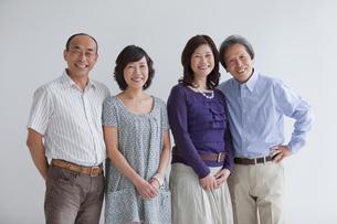 笑顔の中高年4人の写真素材 [FYI01287162]