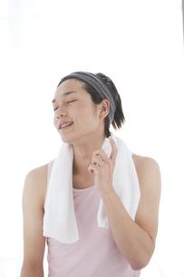 化粧水を顔にスプレーする男性の写真素材 [FYI01287164]