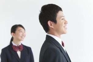 遠くを見ている男女中高生2人の写真素材 [FYI01287199]