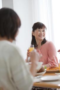 ホームパーティー中の笑顔の中高年女性の写真素材 [FYI01287205]