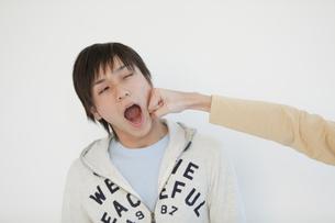 殴られる男性の写真素材 [FYI01287212]
