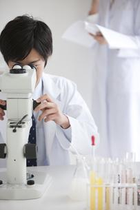 顕微鏡をのぞいている男性研究者の写真素材 [FYI01287222]