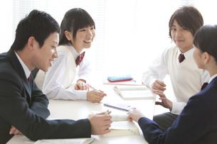 勉強する男女中高生4人の写真素材 [FYI01287223]
