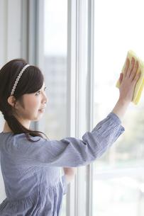 窓を拭く女性の写真素材 [FYI01287225]