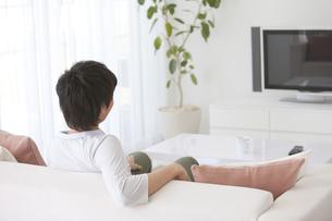 テレビを見ている男性の写真素材 [FYI01287276]