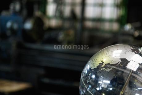 工場に置かれている地球儀の写真素材 [FYI01287314]