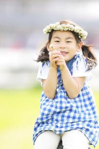 花冠をつけている女の子の写真素材 [FYI01287360]