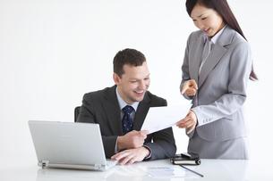 打ち合わせをするビジネスマンとビジネスウーマンの写真素材 [FYI01287385]