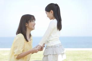 手をつないで見つめ合う母と娘の写真素材 [FYI01287412]