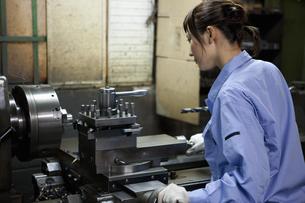 工場で働く若者女性の写真素材 [FYI01287479]