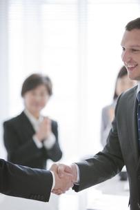 握手をするビジネスマンの写真素材 [FYI01287553]