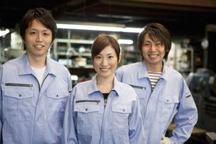 作業着姿の男女3人の写真素材 [FYI01287594]